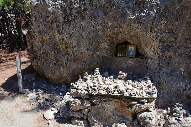 Skalna kapliczka wwąwozie Agia Irini.