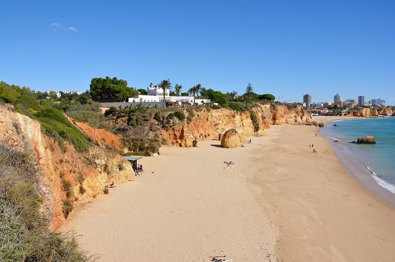 Widok zklifów naplażę Praia doVau.