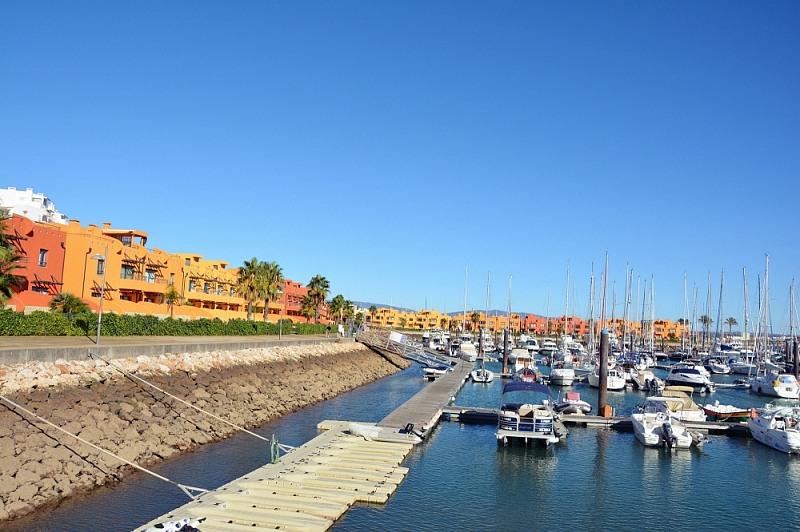 Marina wPortimão zpomarańczowymi iżółtymi budynkami.