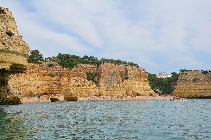 Plaża Praia da Marinha widziana odstrony oceanu.