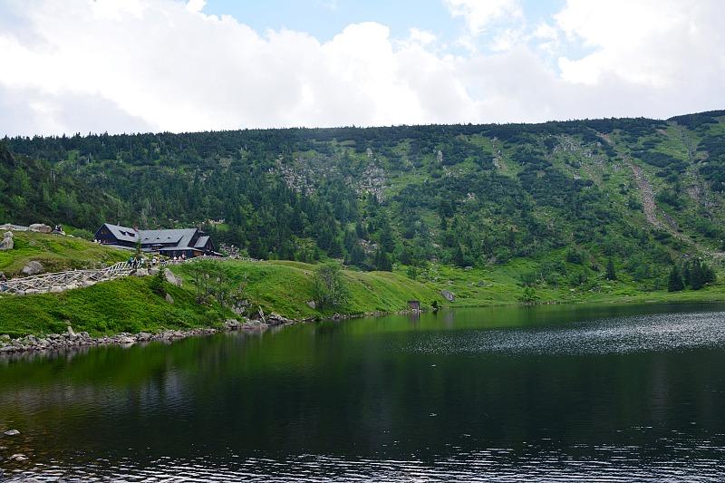 Mały Staw znajpiękniej położonym schroniskiem wKarkonoszach - Samotnią.