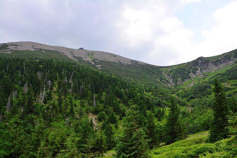 Śnieżka iobserwatorium widoczne zczerwonego szlaku Doliną Łomniczki.