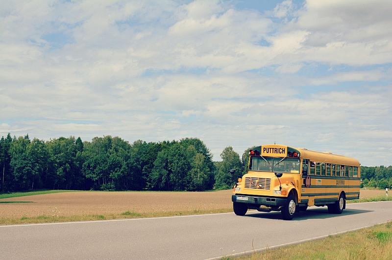 Żółty autobus znapisem Puttrich.