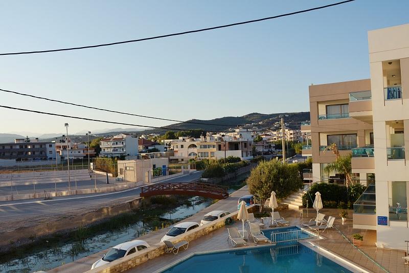 Widok zpokoju whotelu Nautilus Bay Hotel wKasteli Kissamos naboisko dokoszykówki ihotelowy basen.