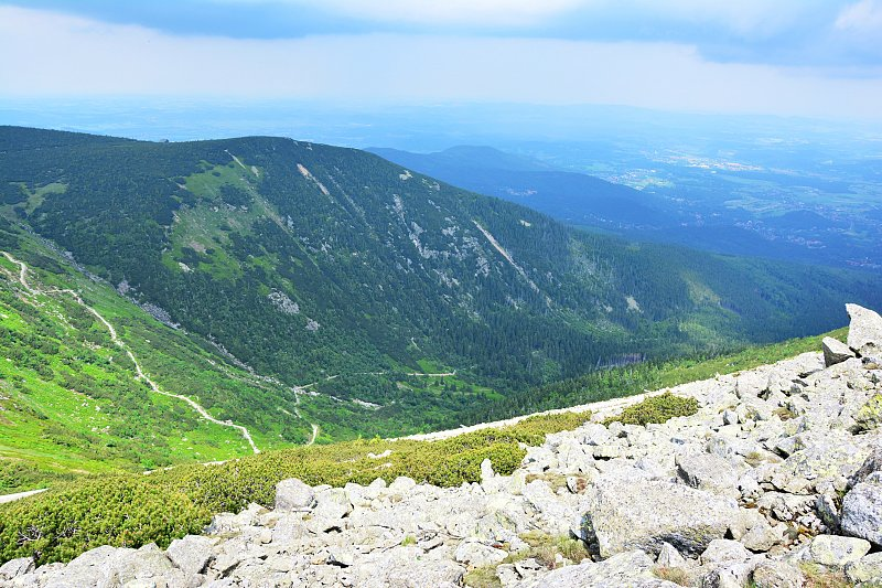 Widok zczerwonego szlaku naŚnieżkę naDolinę Łomniczki.