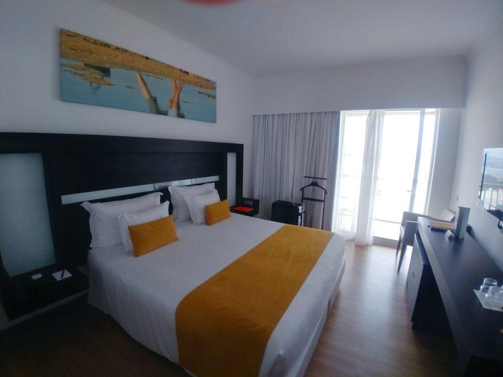 Pokój whotelu Jupiter Algarve wPortimão.