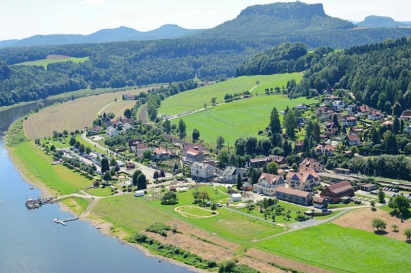 Widok namiasteczko Oberrathen zewzgórza Bastei.