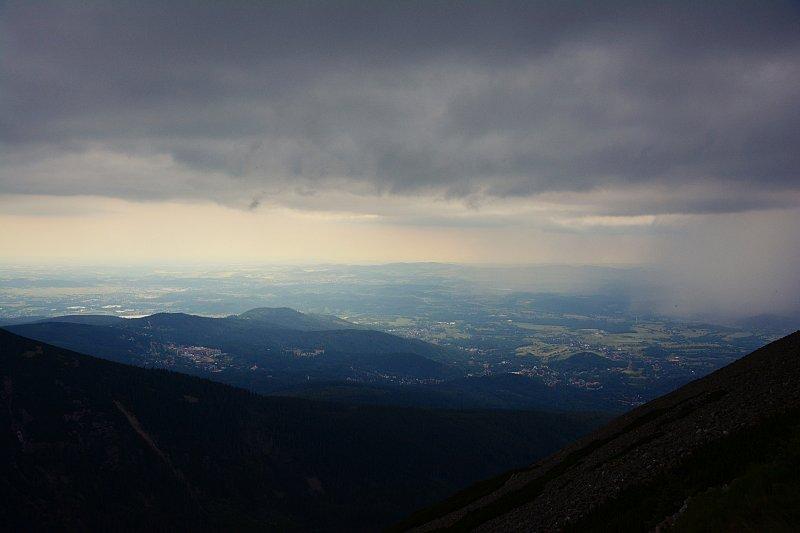 Widok zeŚnieżki nachmury burzowe.