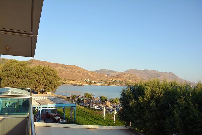 Widok zpokoju whotelu Nautilus Bay Hotel wKasteli Kissamos napiaszczystą plażę iwzgórza.