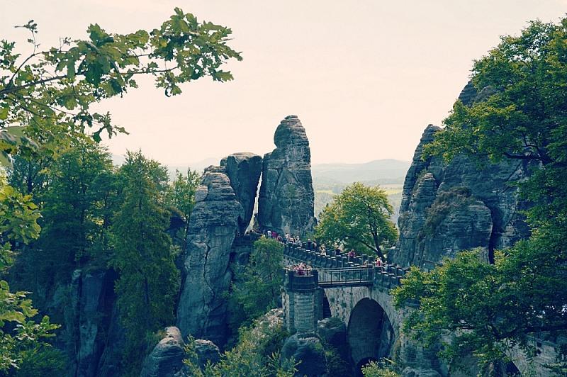 Widok naskalny most Bastei zturystami.