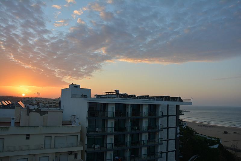 Widok zokna pokoju whotelu Jupiter Algarve nazachód słońca, okoliczne hotele iplażę.