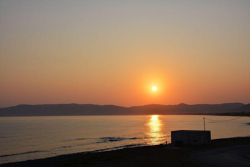 Zachód słońca zpokoju whotelu wNautilus Bay Hotel.