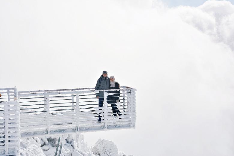 Para naośnieżonej platformie widokowej naŁomnickim Szczycie.