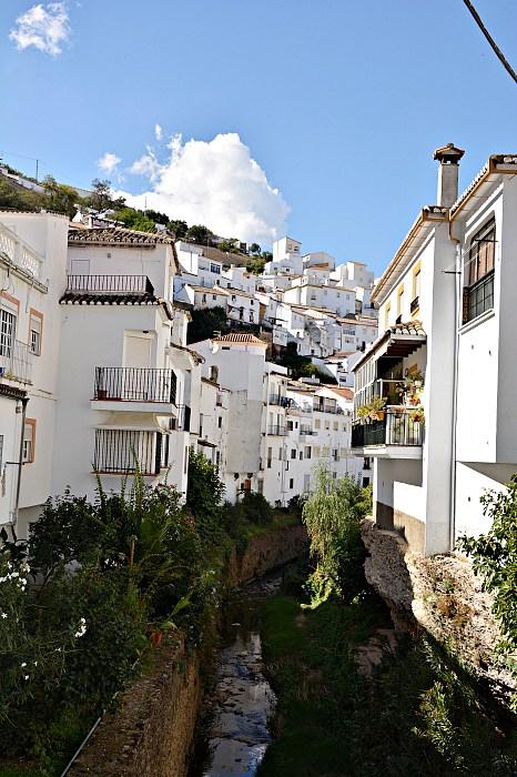 Gęsto położone, białe budynki umieszczone nawzgórzu.