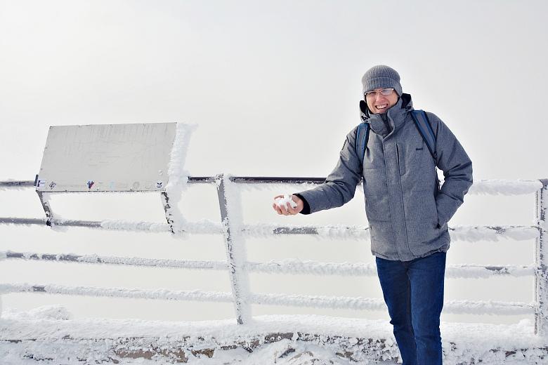 Mężczyzna rzucający śnieżką naŁomnicy.