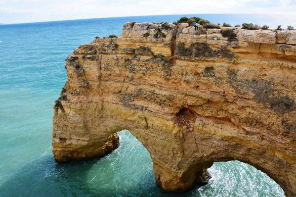 Klif ztunelami naplaży Marinha.