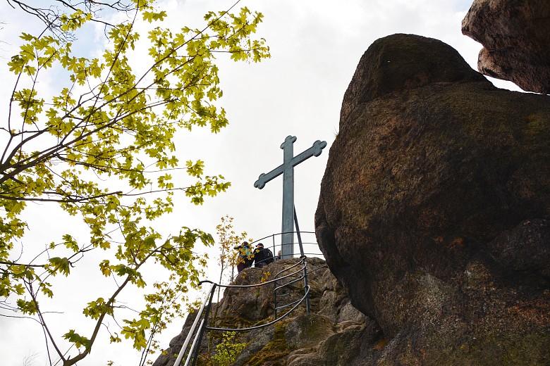 Metalowy krzyż naszczycie Krzyżnej Góry.