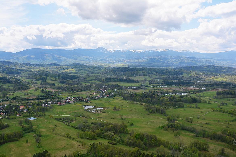 Krajobraz zKrzyżnej Góry naokoliczne miejscowości wdole iKarkonosze - Śnieżkę iSkalny Stół.