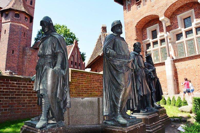 Pomniki Wielkich Mistrzów Zakonu Krzyżackiego wMalborku.