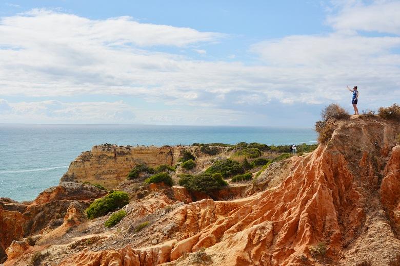 Bezkresnepodroze natle klifow nanajpiękniejszej plaży Algarve Praia Marinha.