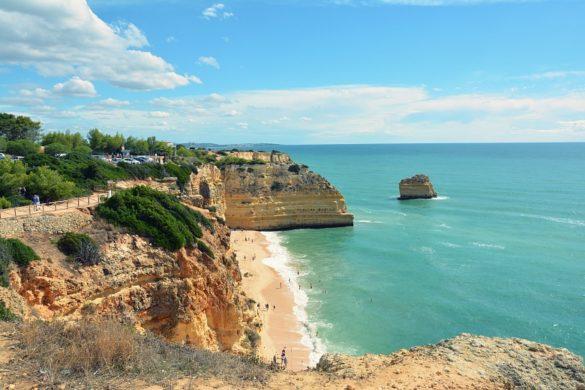 Widok zklifów nanajpiękniejszą plażę Algarve.