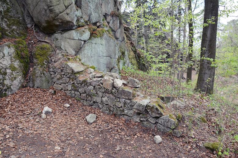 Fragment Zamku Sokolec wpostaci zachowanej części ściany zamku.