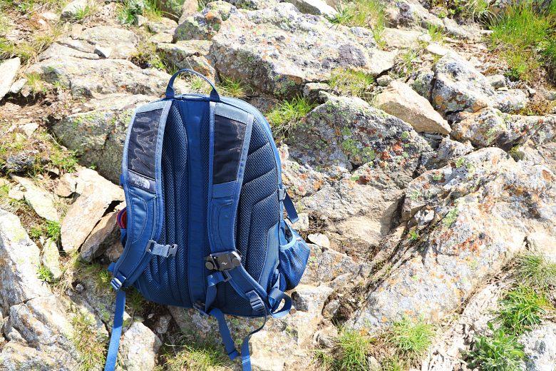 Niebieski plecak zzamontowanym naramieniu uchwytem Peak Design Capture V3.