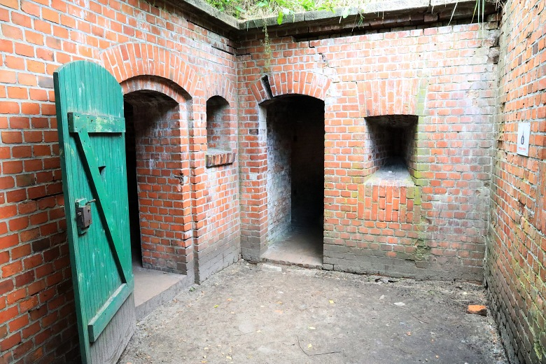 Odrestaurowana latryna wForcie IV Toruń przy Murze Carnota.